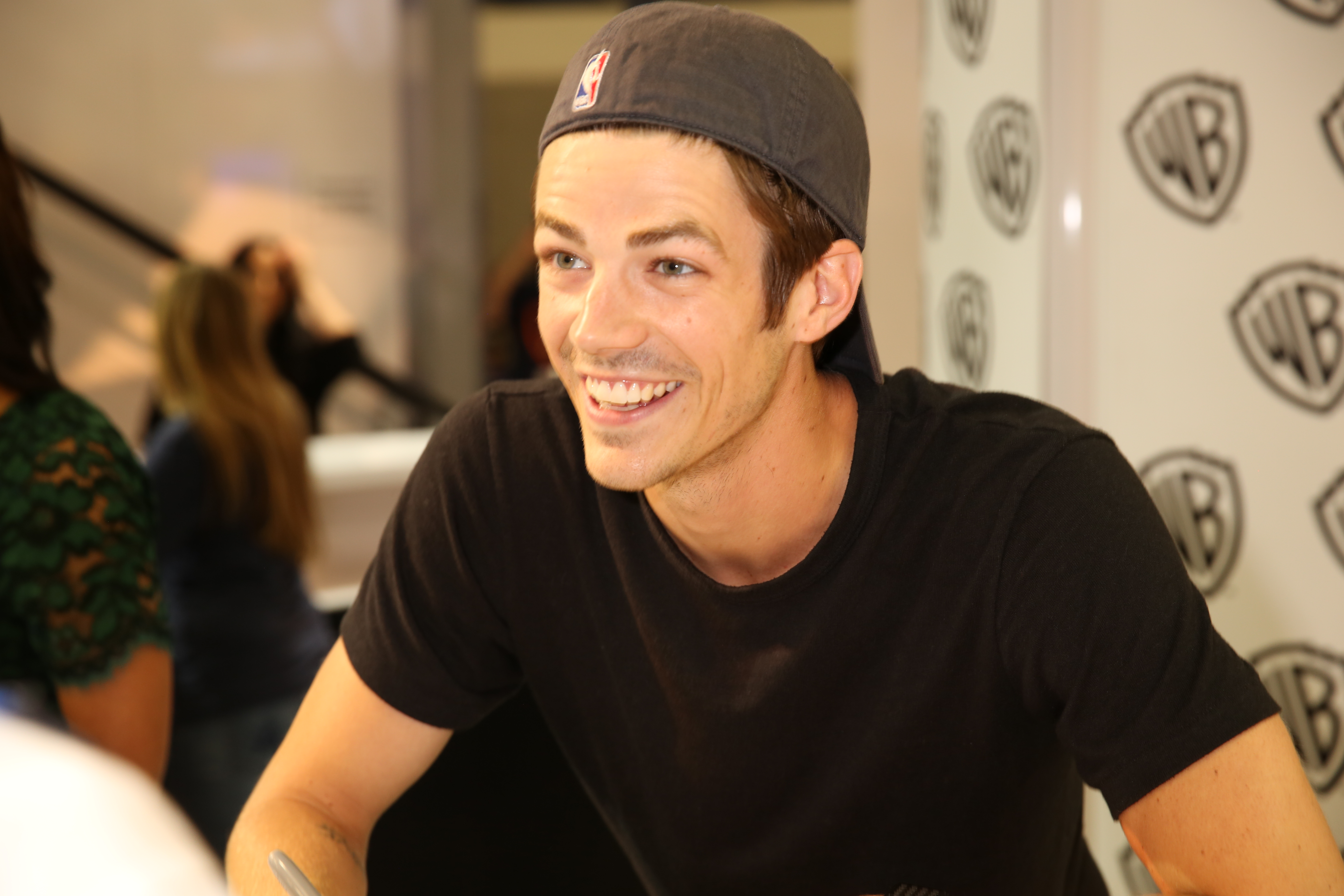 The flash signing grant gustin barry allenthe flash chats with a fan during the flash signing in the warner bros booth during comic con 2015 wbsdcc 2015 wbei m4hsunfo
